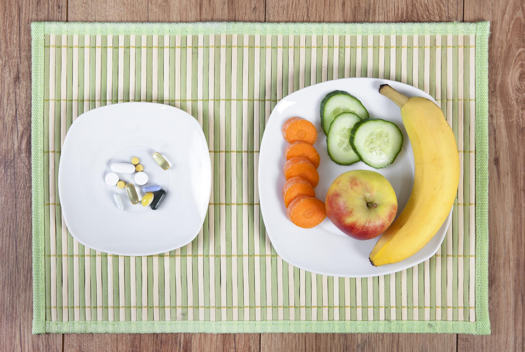 ein Teller mit Obst oder vitamin Pillen